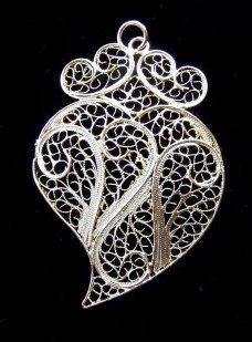 7f6d437d0769 La Filigrana es una delicada obra de joyería formada por finos hilos  metálicos.
