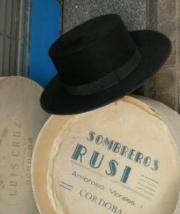 El sombrero cordobés tiene fama en el mundo entero. Sus medidas varían  entre la tradición moderna y la antigua. Existen dos tipos de sombreros. ae799ce4e12