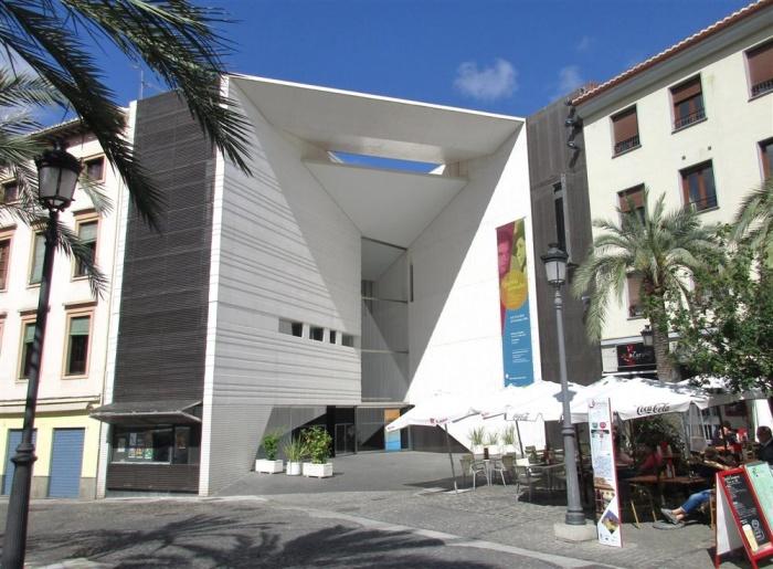 Archivo:Fachada Centro Federico García Lorca Granada.jpg
