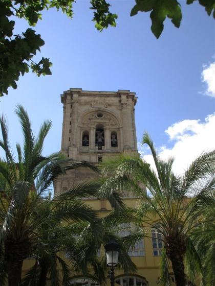Archivo:Torre de la catedral en plaza Romanilla Granada.jpg