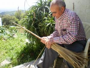Pasos para la elaboraci n de una escoba artesanal de palma gauc n malagapedia - Escobas de palma ...